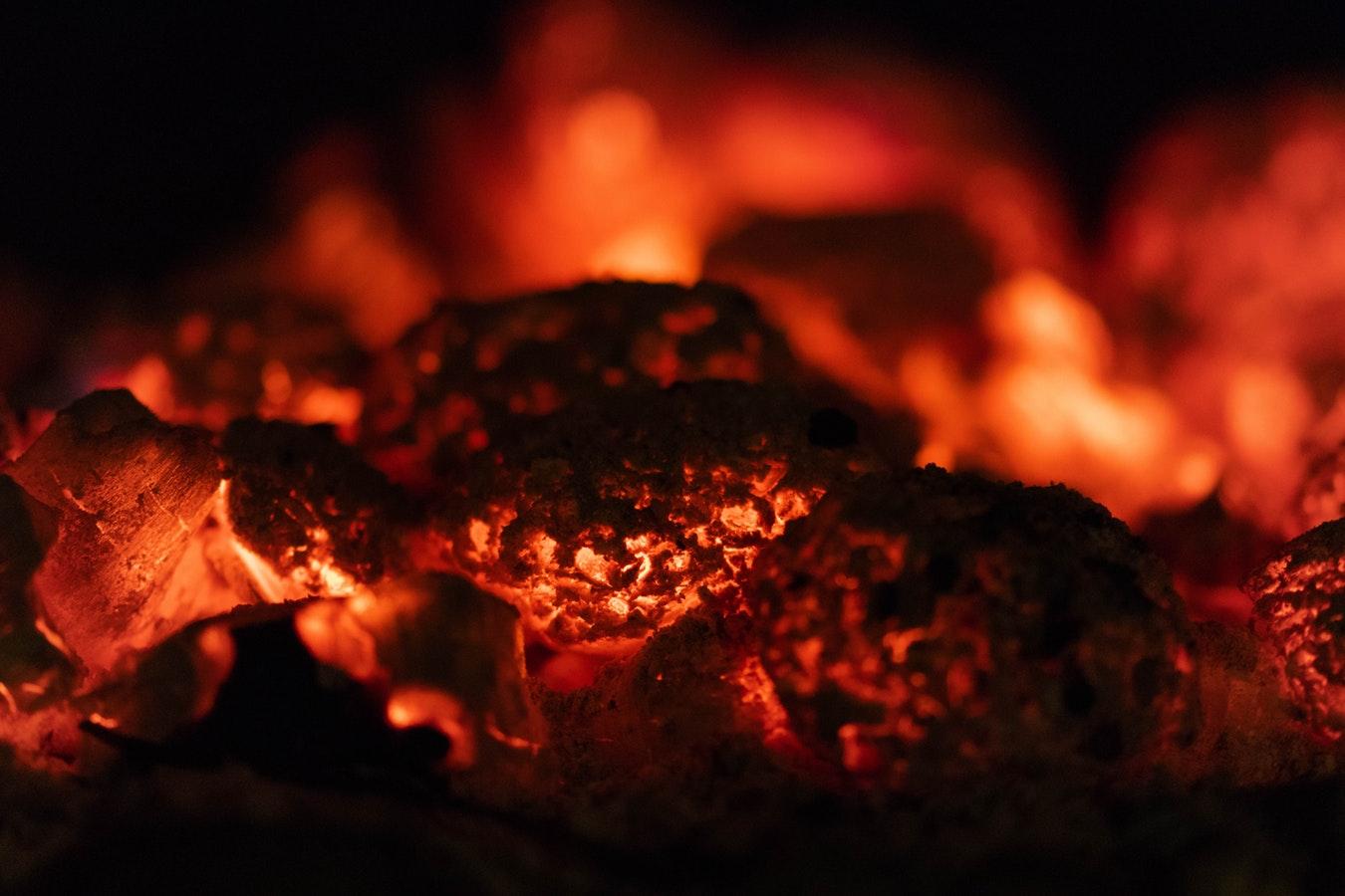barbecue aansteken met houtskool